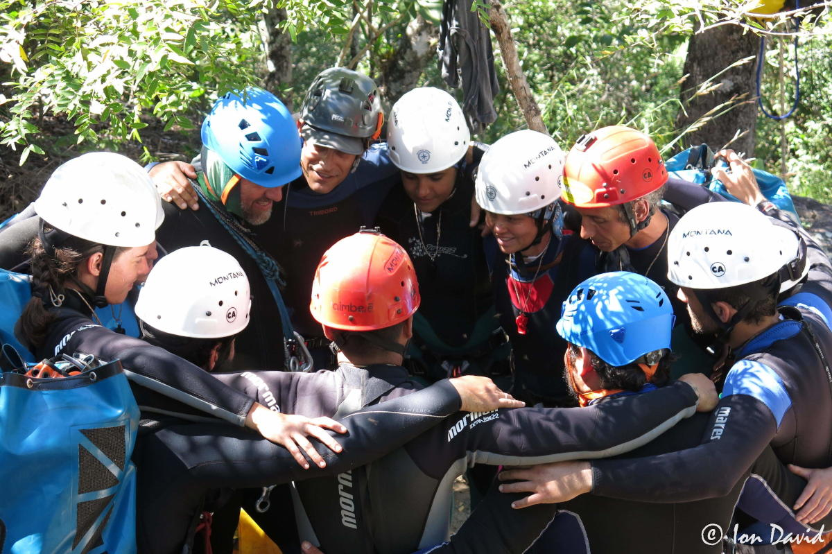 Luana Guedes em círculo com pessoas durante a atividade do canyonismo no FEAL.